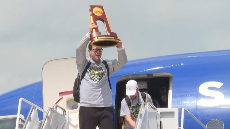 Baylor Bears greeted by large group of fans celebrating their historic National Championship win