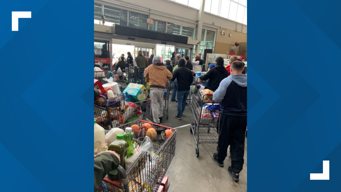 Texans helping Texans | H-E-B let customers take free groceries when power went out, Facebook post says - KHOU.com