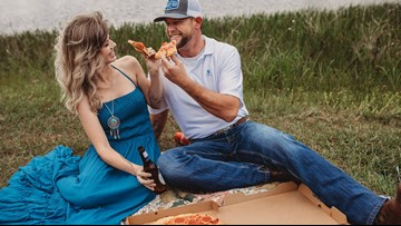 Complete strangers enjoy pizza, kiss in romantic photoshoot and the internet is loving it