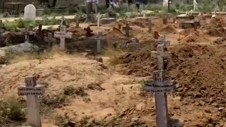 Gravediggers are working around the clock in India because of surging COVID-19 deaths | Raw video