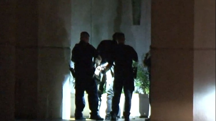 Houston officer thwarts mall burglary