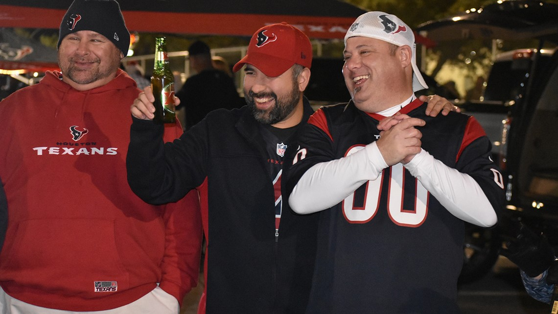 4b2d2a418 Texans fans tailgate in the cold weather before game vs. Titans