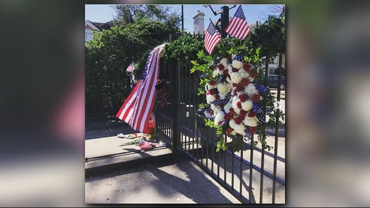 Neighbor decorates gate shared for decades with George H.W., Barbara Bush