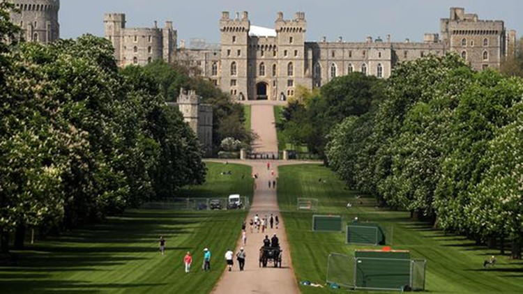 People walk along the Long Walk leading up to Windsor Castle in Windsor, west of London on May 8, 2018. (Photo: Daniel Leal-Olivas/AFP/Getty Images)