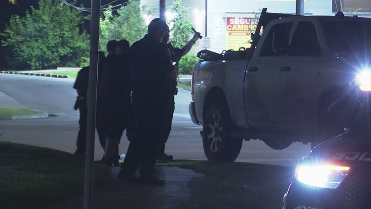 Raw: Man accused of selling stolen tailgates gets shot while talking with buyer, HPD says